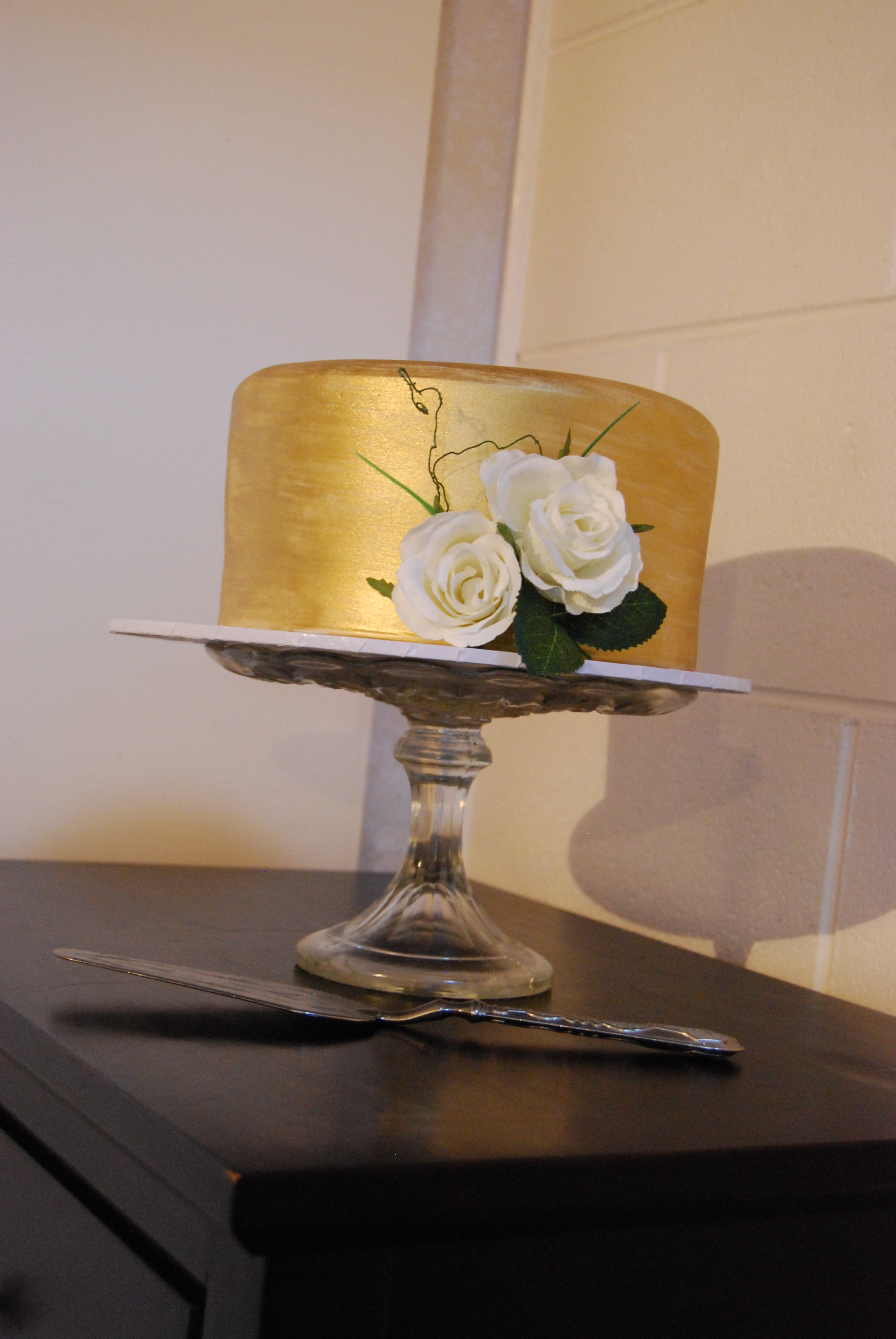 Gold Cake With Silk Roses 195 Temptation Cakes